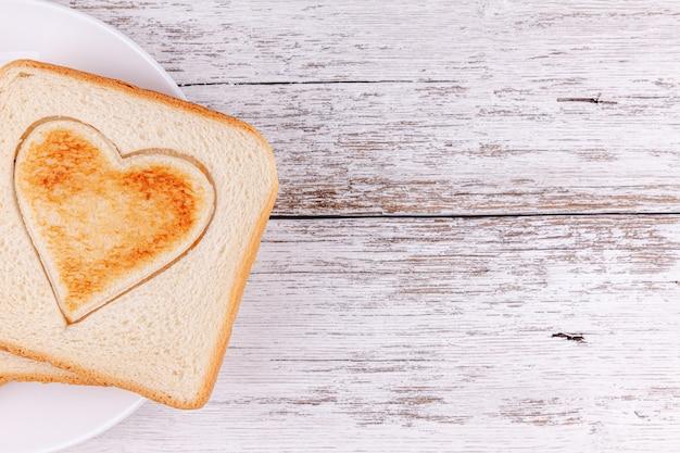Pão torrado coração cortado, feliz dia dos namorados, café da manhã com amor