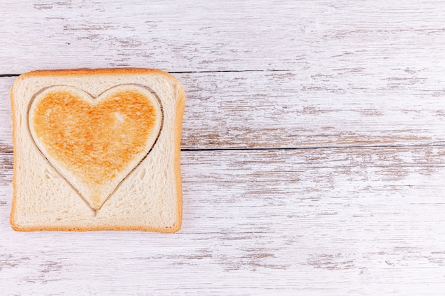 Pão torrado coração cortado, feliz dia dos namorados conceito, refeição da manhã com amor