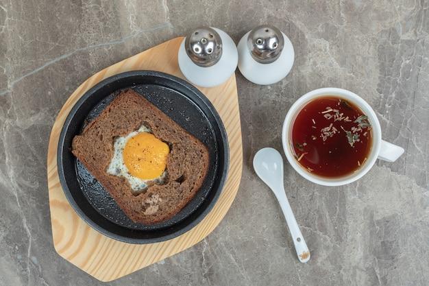 Pão torrado de ovo e chá em mármore com especiarias. foto de alta qualidade