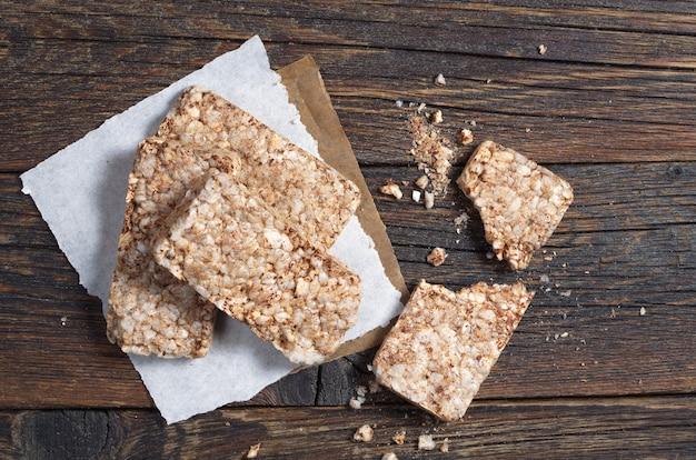 Pão torrado de trigo mourisco em fundo escuro de madeira, vista superior. biscoitos dietéticos