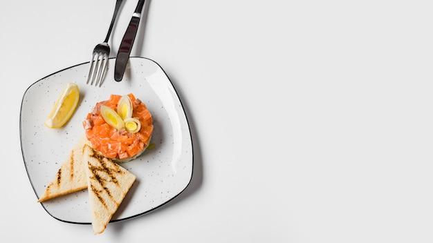 Pão torrado e salmão copie o espaço