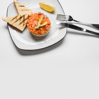 Pão torrado e salmão gourmet