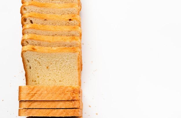 Pão torrado fatiado em um fundo branco. vista superior, configuração plana.
