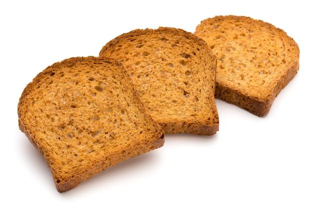 Pão torrado fatiado isolado no fundo branco, vista superior.