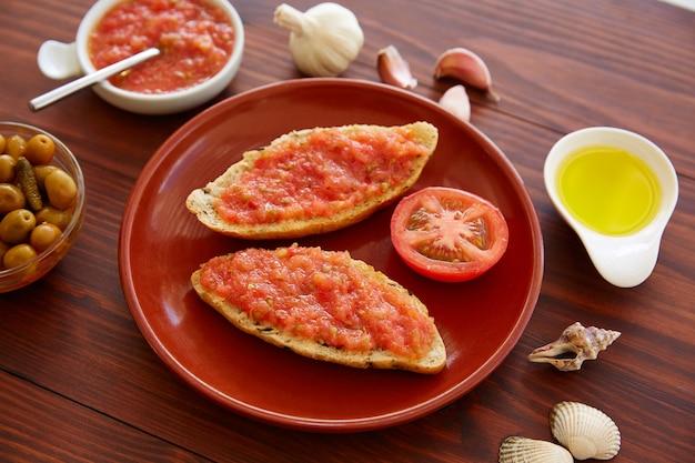 Pão torrado fatias com tomate ralado