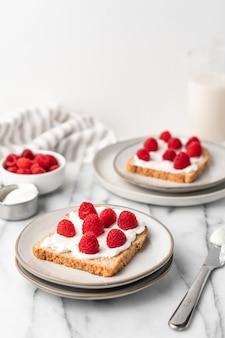 Pão torrado francês com framboesas frescas no café da manhã