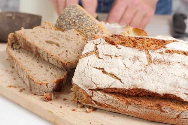 Pão tradicional cortado em fatias