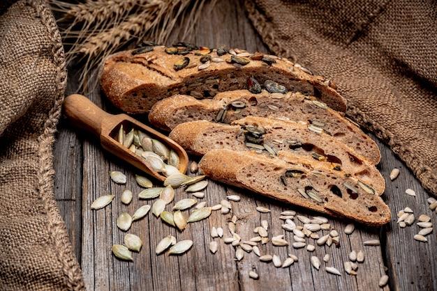 Pão tradicional na mesa de madeira