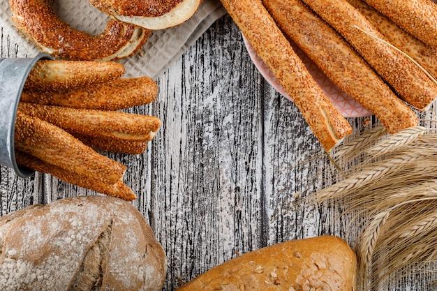 Pão turco com pão, cevada vista superior sobre uma superfície de madeira