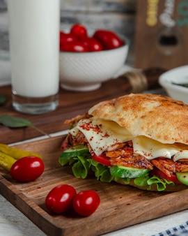 Pão turco doner com carne e legumes.