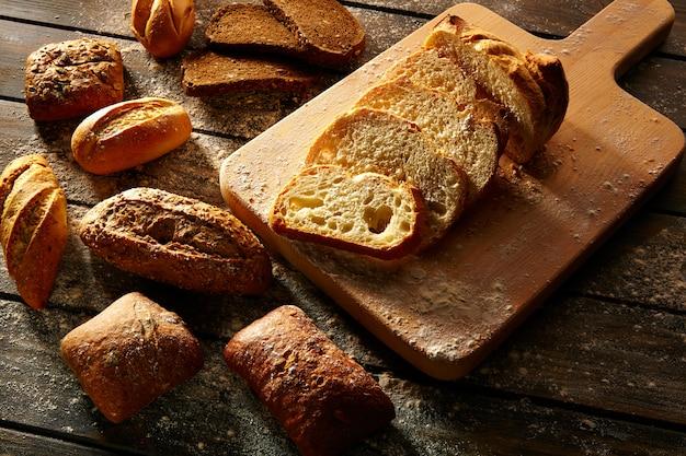 Pão, variado, loafs, cortado, ligado, tábua madeira, em, rústico