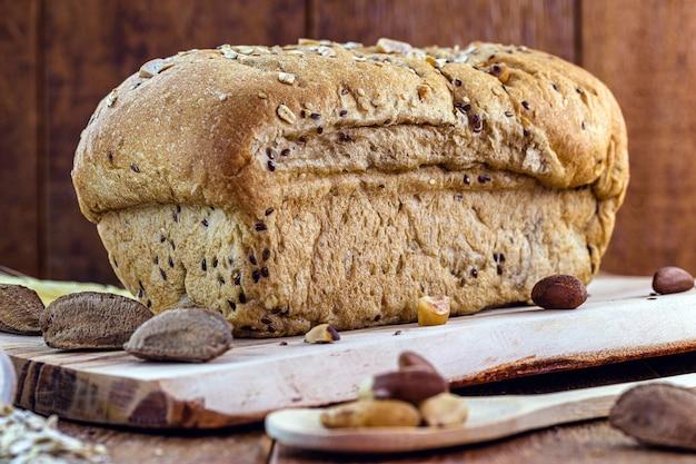 Pão vegan feito com castanhas, fermento e farinha de trigo