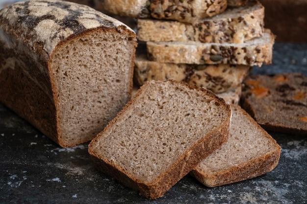 Pão vegano fatiado, sem glúten e sem produtos de origem animal. pão, sem glúten e sem produtos de origem animal.