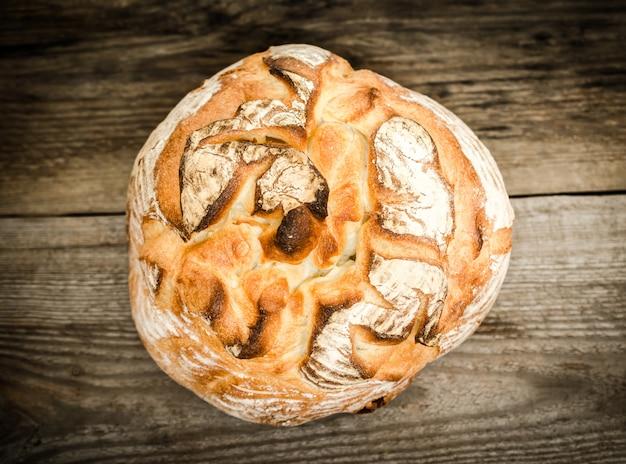 Pão vulcão na mesa de madeira