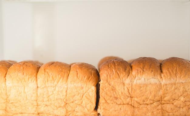 Pão wholegrain no fundo branco.