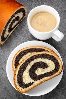 Pãozinho doce com sementes de papoula e café
