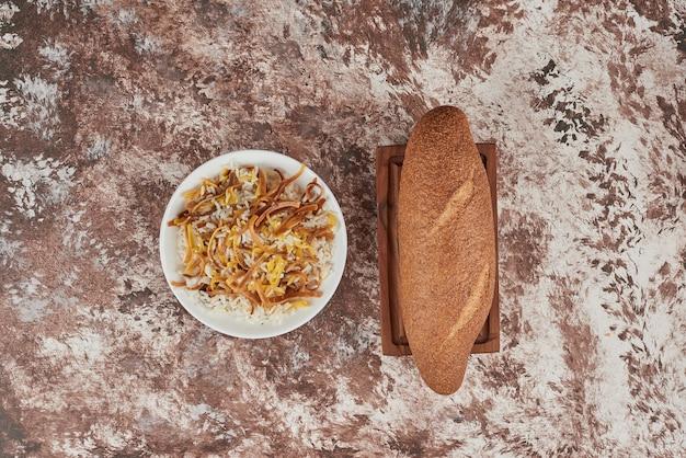 Pãozinho em mármore com enfeite de arroz.