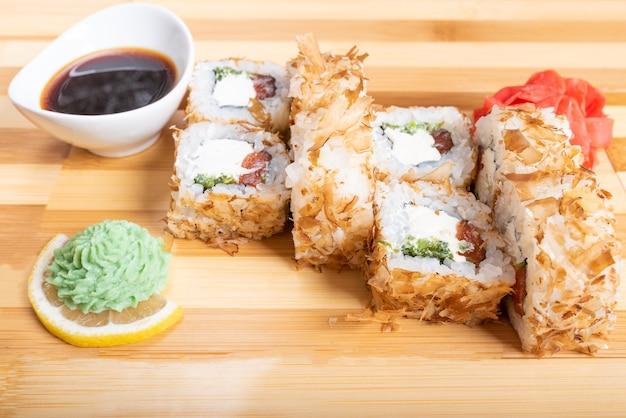Pãozinho empanado de atum seco com recheios diversos. fechar-se. para qualquer propósito.