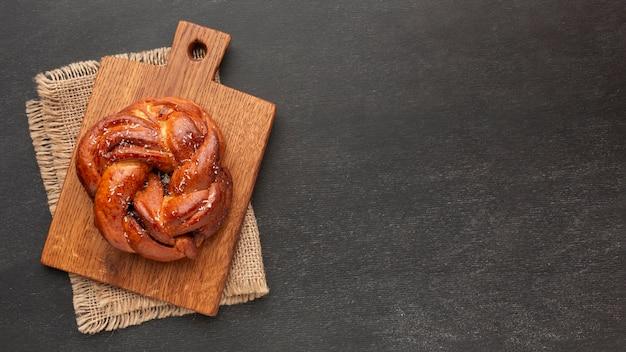 Pãozinho na tábua de madeira