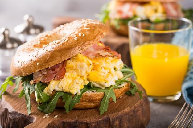 Pãozinho recheado com ovos mexidos