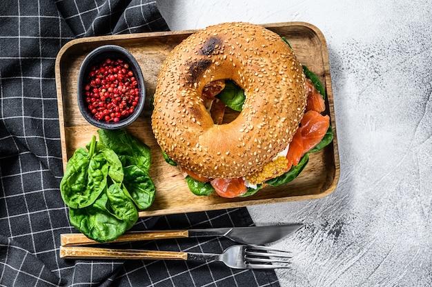 Pãozinho saudável recém-assado recheado com salmão defumado, espinafre e ovo