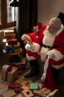 Papa noel preparando presentes embrulhados para crianças