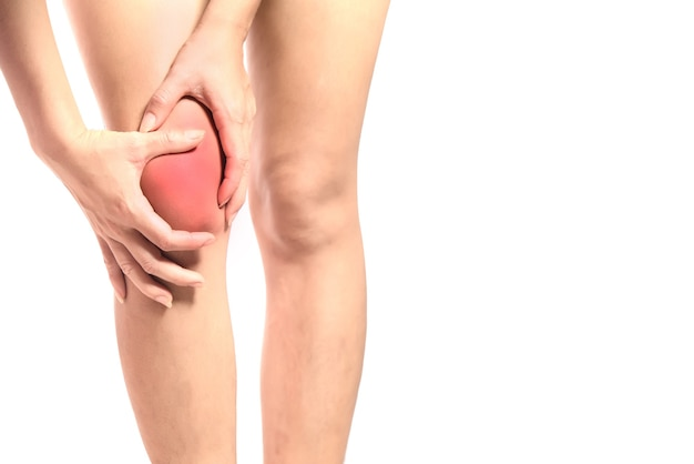 Papação de mulher jovem na articulação do joelho com entorse ou osteoartrite na articulação do joelho