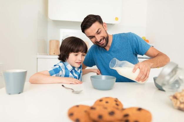 Papai e filho decidem tomar café da manhã juntos.