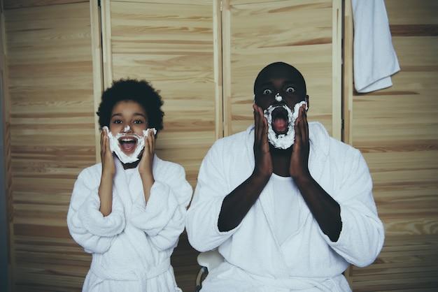 Papai e filho lambuzaram com espuma de barbear e se alegraram.