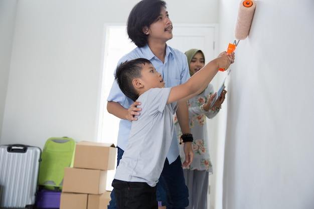 Papai e filho pintam sua nova casa