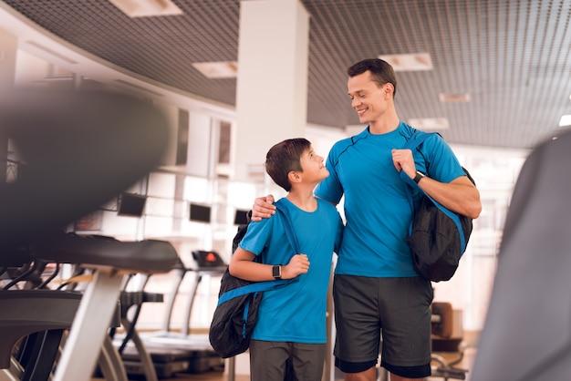 Papai e filho vieram ao ginásio para treinar.
