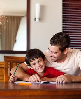 Papai encantado ajudando seu filho a fazer a lição de casa