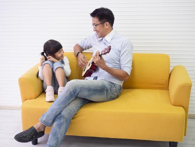 Papai está brincando com sua filha em casa, conceito de família