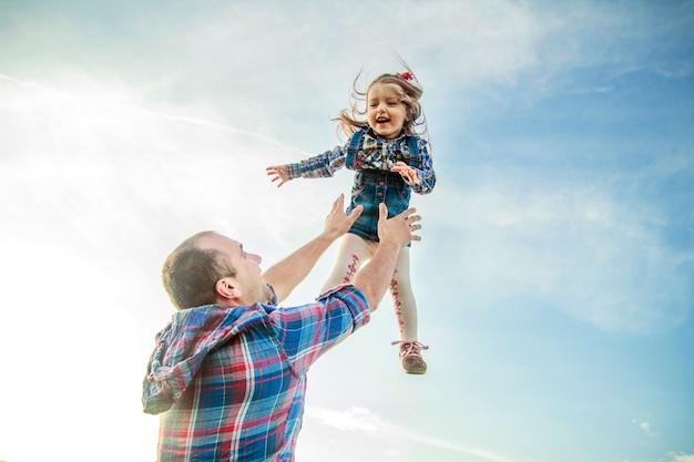 Papai joga a menina no céu