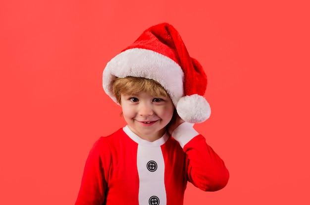 Papai noel ajudante elfo garotinho fantasiado de papai noel presentes de ano novo feliz ano novo natal