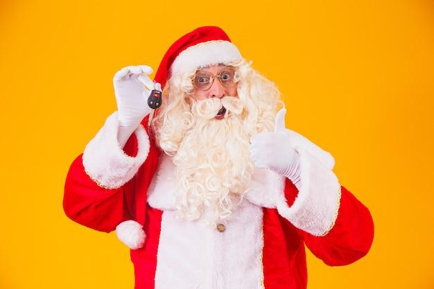 Papai noel carrega as chaves do carro em uma promoção especial de fim de ano