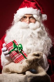 Papai noel com caixa de presente