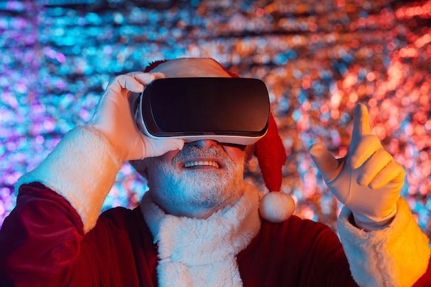 Papai noel com óculos de realidade virtual gesticulando para jogar videogame