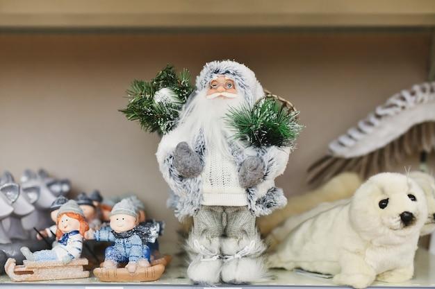 Papai noel com presentes no balcão da loja
