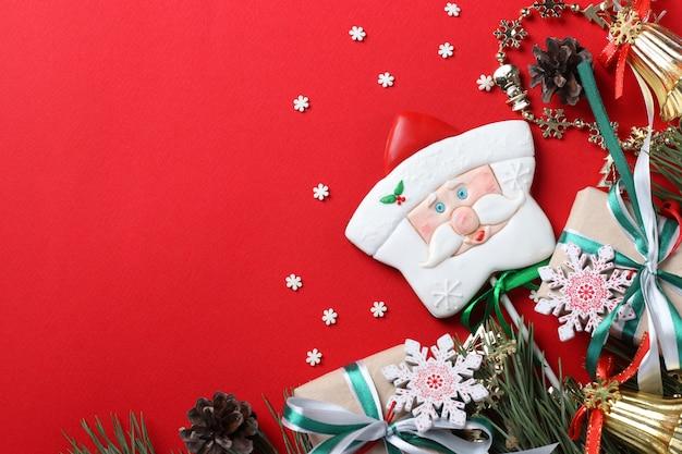 Papai noel de gengibre com presentes em fundo vermelho