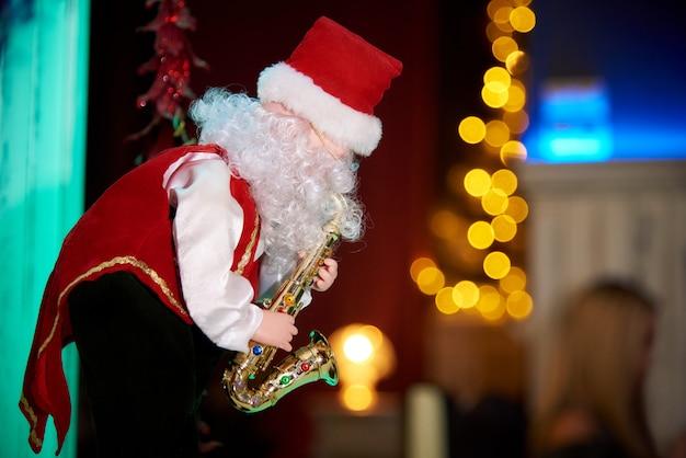 Papai noel decorativo com um saxofone.