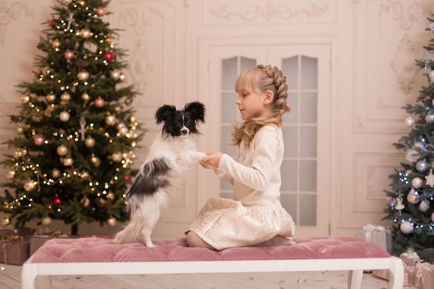 Papai noel deu um cachorro para a menina no natal