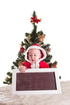 Papai noel e quadro-negro com árvore de natal para saudações