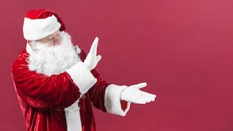 Papai Noel em copos mostrando algo com as mãos