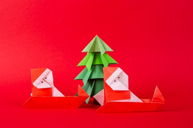 Papai noel em um trenó com origami de árvore. conceito de natal inverno trabalhada decorações tiro do estúdio