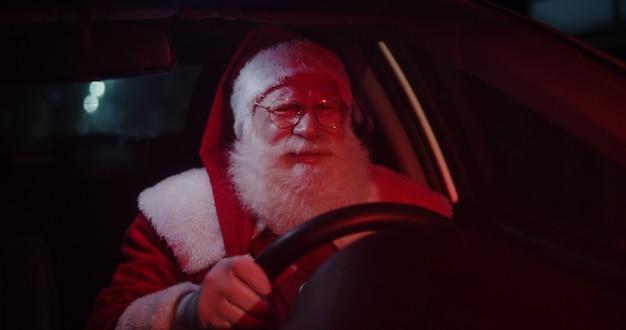 Papai noel irritado com o carro preso no trânsito.