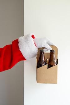 Papai noel mostrando um pacote de cervejas artesanais