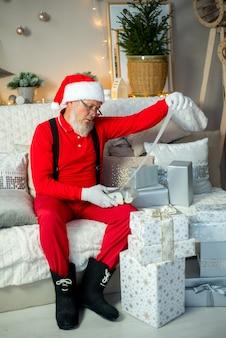 Papai noel, presentes de natal. decoração para casa.
