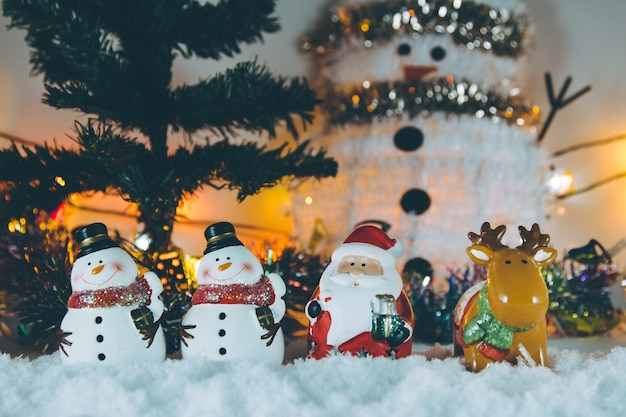 Papai noel, rena e boneco de neve feliz natal e feliz reveillon