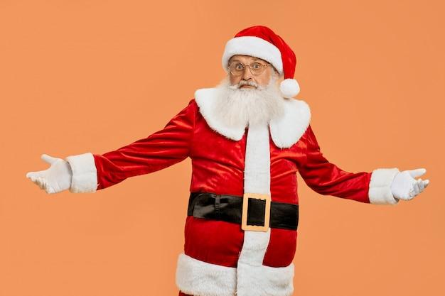 Papai noel surpreso em traje vermelho com os braços bem abertos